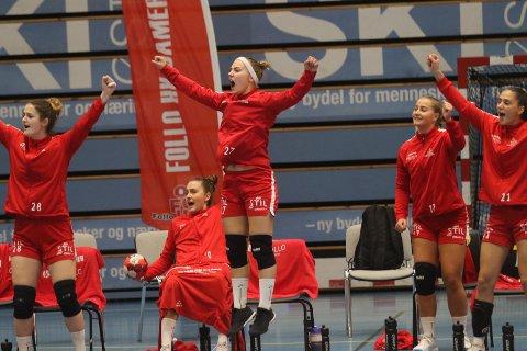 VILL JUBEL: Follo-benken, med Karin Mollatt (i midten) som den gladeste, jubler for scoring mot Ålgård. Nå kan de slippe jubelen løs igjen. De er klare for Rema 1000-ligaen igjen.