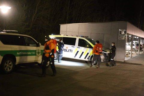 LETEAKSJON: Letemannskap fra både Røde Kors og Norsk Folkehjelp bistår politiet i å finne mannen i 40-årene savnet søndag kveld.