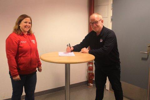 VIKTIG SIGNATUR: Sixten Kjernlie og hans Armeringsservice AS fortsetter som generalsponsor for Follo HK. Kjernlie signerer kontrakten med daglig leder i Follo HK, Lene Lothe, som tilskuer.