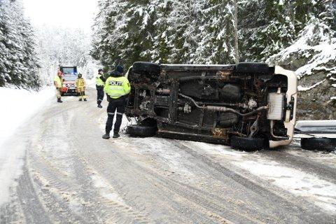 PÅ SIDEN: En bil havnet på siden i Meieriskauveien i Enebakk mandag.