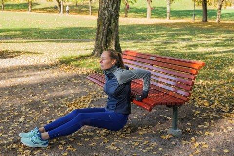 PT Kristin Granum Rosebø oppfordrer folk til å bruke naturen og ulike utendørsinstallasjoner for å holde seg i form. - Jeg er mer opptatt av å ivareta kundene mine enn meg selv nå, derfor kjører jeg på med alternativer der jeg kan, sier hun. Foto: June Witzøe