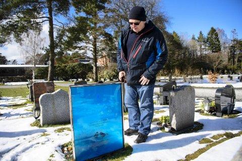 Dag Ketil Fredheim liker at det lyser gjennom gravstøtten til moren. – Man kan se fuglene fra baksiden.