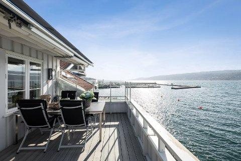 ATTRAKTIV BELIGGENHET: Med en balkong som strekker seg ut til sjøen så ble denne leiligheten i Drøbak solgt flere millioner kroner over prisantydning.