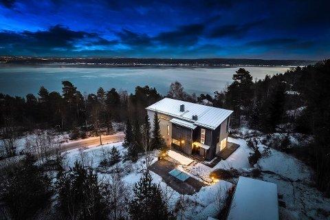 Eneboligen på Fjordvangen ligger flott til midt i naturen. På grunn av den høye beliggenheten er det heller ikke noe innsyn fra naboeiendommene.
