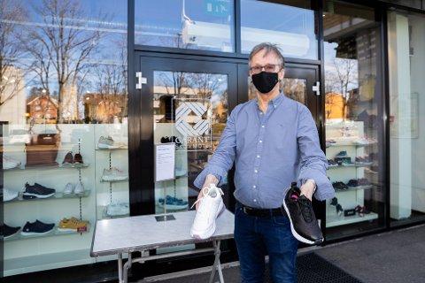 RING OG AVAL TID:  – Jeg er tilgjengelig på telefonen og kan ta med sko utenfor butikken, sier Jan Løken i Ås Skotøymagasin.