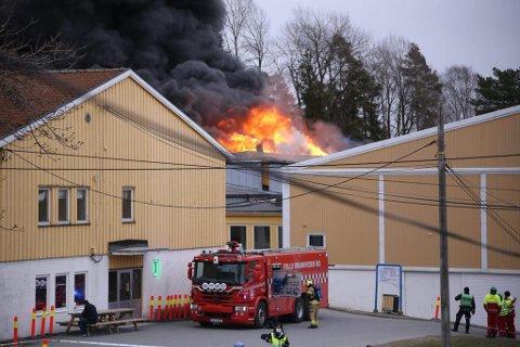 BRANN: Det ryker kraftig fra skolen og det brenner i ventilasjonsanlegget.