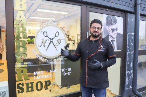 VANSKELIGE TIDER: Rashid Alswedan har lagt ut frisørsalongen på Oppegård til salgs. - Hvis det ikke dukker opp en kjøper innen få dager, vil jeg drive salongen videre. Men da trenger jeg flere kunder her, fastslår Rashid utendor salongen i Oppegård senter.