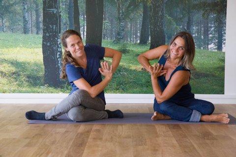 IVRIGE: Carine Jensen og Anne Kristine Kavli vil hjelpe flere med å komme i gang med yoga, men det forutsetter at bedriften overlever koronaen.