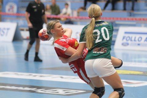 TATT UT: Silje Alvestad (i rødt) i kamp mot Martine Kårigstad Andersen og Randesund denne sesongen. Andersen er en av nyervervelsene i Follo HK Damer. Begge ble tatt ut på juniorlandslaget i dag.