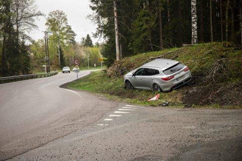 UTFORKJØRING: En bil havnet utfor veien i Frogn lørdag.
