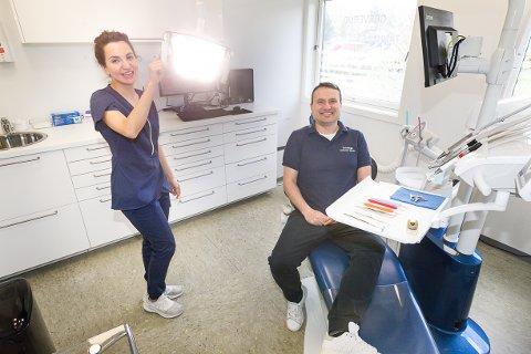FULLT OPP: Tannlege og daglig leder Iram Kazmi og tannlege Lubomir Sabev, som er spesialist på tannlegeskrekk, ved Greverud Tannlegesenter har fulle arbeidsdager med mange pasienter.