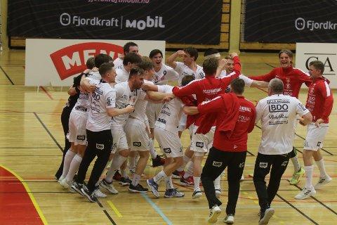 SLUTTSIGNALET HAR GÅTT: Follo-spillerne slipper jubelen løs etter seier i kvalikkampen i Sandefjord.
