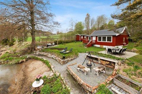 HYTTE MED STRANDLINJE: Hytta i Ås ligger i Syverudveien 190. Her er interessen stor.