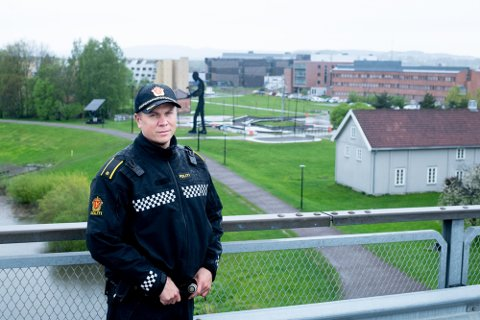 KLAR BESKJED: Avsnittsleder på patruljeavdelingen ved Lillestrøm politistasjon, Jørgen Hoff, ber foreldrene ha kontroll på hva deres barn holder på med i helgene. Foto: Vidar Sandnes