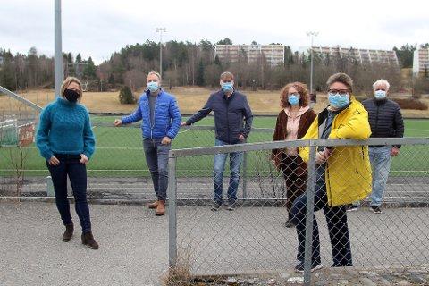 HYLLET, MEN: Camilla Hille (foran til venstre) og Hanne Opdan (foran til høyre) sammen med idrettens representanter. Både Hille og Opdan var for idrettens planer for utbyggingen på Langhus, hvor en svømmehall var prioritet nummer en. I dag stemte både Venstre og Arbeiderpartiet imot idrettens forslag.