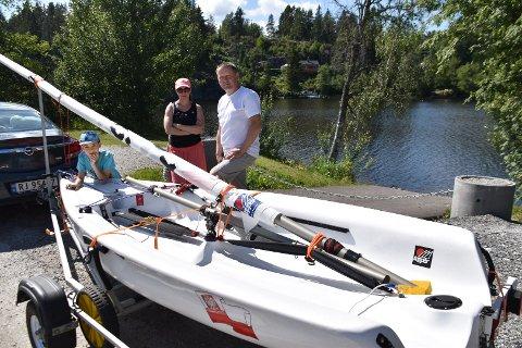 Tomasz, Alina og sønnen Henry Paluch med familiens lille seilbåt som de bruker både på Våg, Mjær og her i Lyseren. Forrige uke ble turen i Lyseren stanset på grunn av bom og kjetting, uten noen nærmere beskjed om hvorfor.