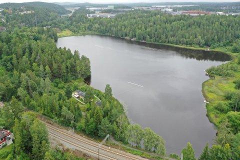 TUSSE: Prøvene av badevannet viste at den bakterielle statusen i Tusse er mindre god. Kommuneoverlegen anbefaler å vente med å bade til nye prøver er analysert.