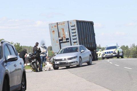 HER HENDTE DET: En bil har kjørt av veien i Tomterveien. Nødetatene rykket. Slik så det ut på stedet da ØB ankom.