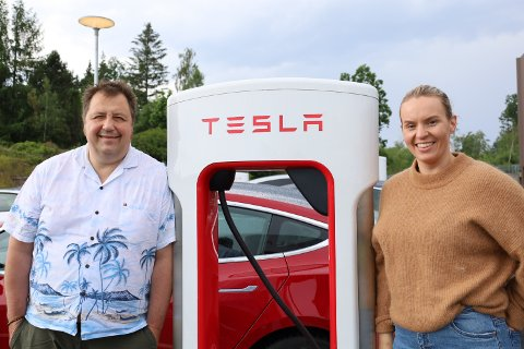 SKAL KJØPE SIN FØRSTE ELBIL: Trine Andreassen er på ladestasjonen, og hun forteller at hun skal kjøpe sin første elbil. Den skal hun kjøpe av Trygve Lien, som er på ladestasjonen sammen med henne for å vis hvordan det fungerer. I sommer skal Andreassen på bilferie til Nord-Norge med elbil.