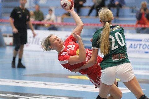 FOR NORGE: Martine Kårigstad Andersen (med ryggen til) i kamp for Randesund, mot Silje Alvestad og Follo. Begge spiller U19-EM i Celje denne uken.