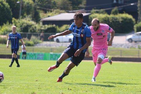 I SKUDDET: Antonio Nusa stortrives i Stabæk. Men mot Islam Darlishta og resten av Follo FK holdt det på å gå galt.