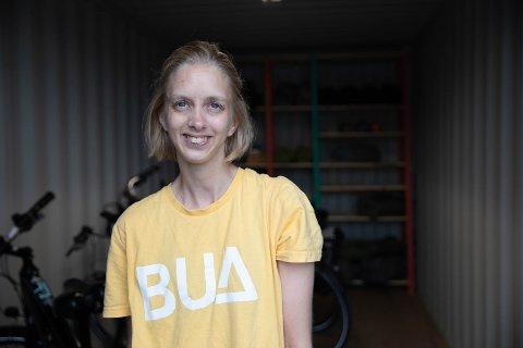 FORNØYD: Solveig Mæland (34) fra Kolbotn er veldig fornøyd med frivillig-jobben hun har i dag. Her står hun i containeren BUA Langhus holder til i.