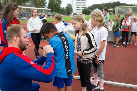Sølvvinneren fikk føle litt på stjernestatusen da han kom til friidrettskolen til Oppegård IL på Sofiemyr stadion. Melissa (9) var nummer to i køen da autografene skulle skrives.