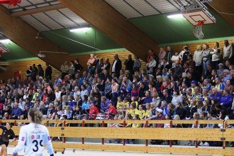 TRANGT OM PLASSEN? Så trangt som på dette bildet fra 2018 blir det ikke i Langhushallen i helgen. Det er kun lov med 145 tilskuere i hallen.
