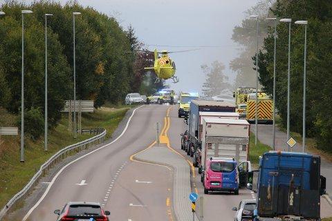 ULYKKE: Luftambulansen er på stedet etter en ulykke i Osloveien i Vestby.