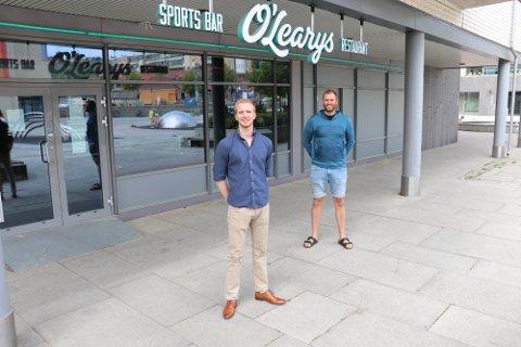 STENGT: O`Learys holder stengt til 18. august. - Da reåpner vi i en forfrisket drakt, sier Dan Eriksson (bak), her sammen med daglig leder, Mathias Brobakken.