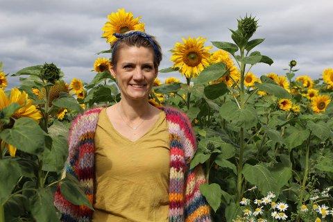 VAKKERT: Kerry Randem og familien har dyrket fram en liten armé av solsikker langs veien. Her kan du plukke deg en bukett om du vil.