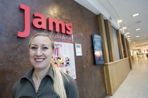 FELLES ANSVAR: Daglig leder Anette Wittingsrud tilbakeviser at Jams har forsøkt å fraskrive seg ansvaret for det som skjedde lørdag 28. august. Hun påpeker at både ansatte og gjester har et felles ansvar for å følge smittevernreglene.