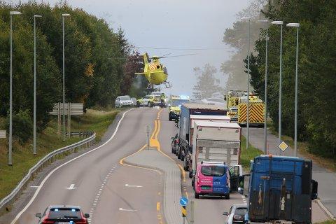 ENNÅ IKKE AVHØRT: Vestbymannen i 40-årene som fredag kjørte av Osloveien og krasjet i en konteiner ligger på sykehus og er ennå ikke avhørt.