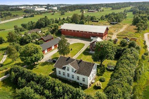 Sentrumsnære Revhaug gård i Vestby byr på flere bygninger, dyrka mark, skog og er tilrettelagt for hestehold.