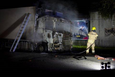 ETTERFORSKES: Lastebilbrannen på Rosenholm blir etterforsket.