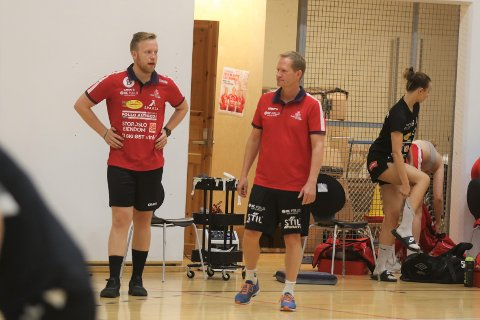 TRER AV: Adrian Saastad (til venstre) gir seg som daglig leder i Follo HK Damer. Han fortsetter som rekrutt-trener i klubben. Her sammen med Follo HK Damers trener Bendik Berg under en rekruttkamp i fjor.