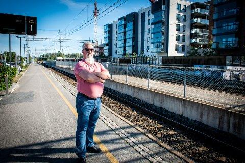 LEI: Bjørn Antoni Bøe kan ikke forstå at den høye lyden fra signalhornene på togene kan være lov. Jessheimsokningen bor i blokkleilighet helt inntil jernbanen.