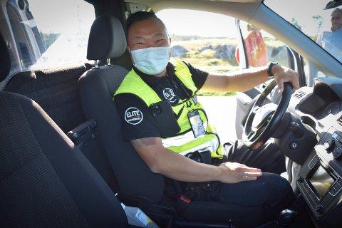 Korona-sanger: Vekter Kent Sørensen (37) i selskapet Elite sikkerhet as setter på lett radiomusikk når han frakter koronapositive passasjerene fra E18 på  Ørje til koronahotell. – Og jeg nynner med og det blir god stemning i baksetet hos passasjerene, forteller han.