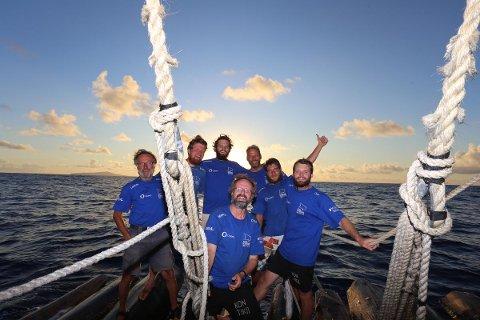 En glad gjeng etter at flåtene i Kon-Tiki2-ekspedisjonen endelig har nådd Påskeøya. (Ekspedisjonsleder Torgeir Higraff står bakerst helt til høyre)