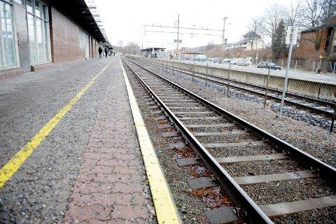 Det er ikke alltid det går et tog. Tønsberg jernbanestasjon, jernbane, jernbanet, nsb, jernbaneverket, togskinner, perrong. Foto: Anne Charlotte Schjøll