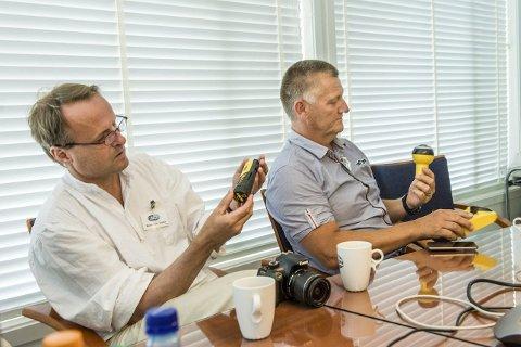 Duppeditter: Håkon Wium Lie (t.v.) og Pål Børresen tar i nærmere øyesyn noe av det tekniske utstyr som skal være med på ekspedisjonen.