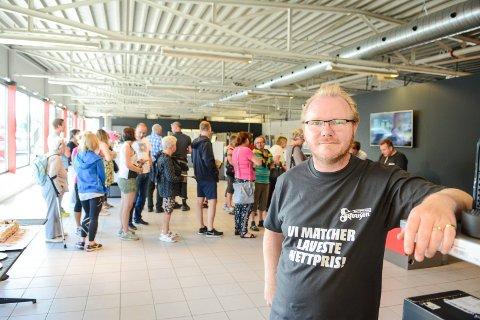 FLYTTER: Daglig leder Hans Georg Lindhjem smilte da utviklingen på Skousen ble snudd. Men nå er det kroken på døra for hvitevareforretningen på Hovland.  Arkivfoto: Thor Kenneth Løvenfalck