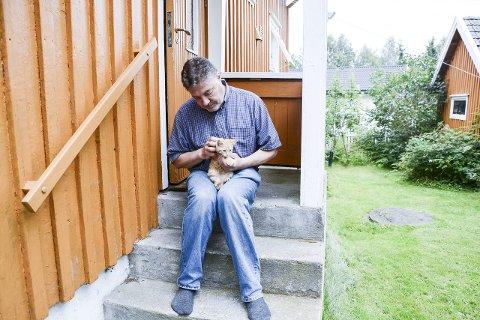 Kjell Johansen tok med seg kattungen hjem og har gitt den mat og husly de siste dagene.