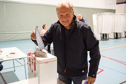 I siste liten: Trond Sjulstad var en av de siste som kom til stemmelokalene i Lardal mandag.