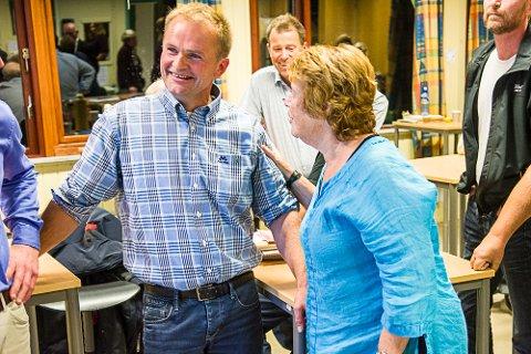 NY ORDFØRER? Senterpartiets Knut Olav Omholt kunne koste på seg et stort smil da valgresultatet ble kjent. Her blir han gratulert av Liv Grinde.