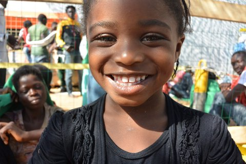 Lille Precious fra Nigeria smilte og syntes dekket på skipet var en flott lekeplass, forteller Tomas Ruud-Halvorsen