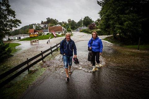 Evakuert: Jorunn og Svein Bronebakk i Møllebakken. – Vi har ikke kjeller i huset, og risikerer at vannet kan ta grunnmuren og hele huset raser sammen.