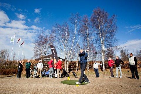 Upåvirket: Golfbanen egnet seg mer til svømming torsdag. I dag er imidlertid banen klar til spill igjen.