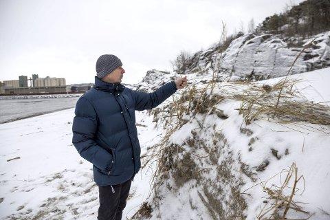 Retter seg selv? Birger Andresen håper naturen ordner opp og setter Hvittensand tilbake i den stand den var. Men han har sine tvil. – Her må det nok maskiner til, sier han. Foto: Sigrid Ringnes