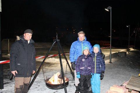 (f.v.) Thomas Løvald, Martin Stave, Sander og Marius Stave varmer seg ved bålet i forkant av åpningen.